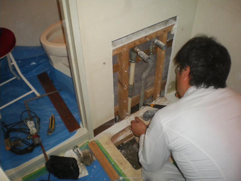 漏水調査状況(洗面化粧台、配管)